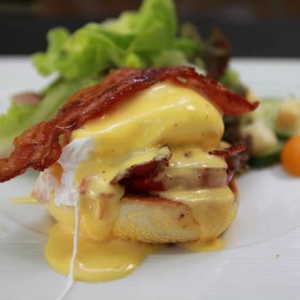 half bacon & tomato benedict ฿200++