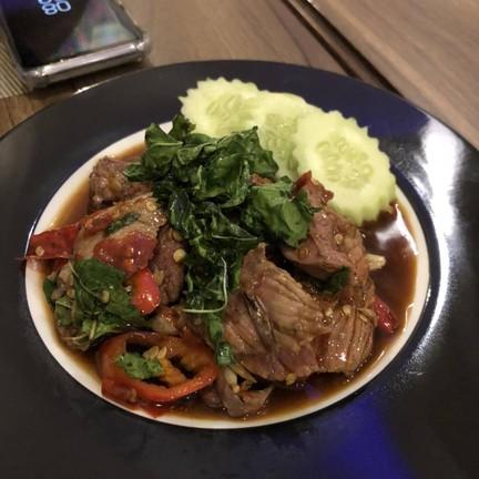 กระเพราเนื้อเสริฟมากับข้าวสวยและไข่ดาว รสชาติคนไทย อันนี้อร่อยจัดจ้าน