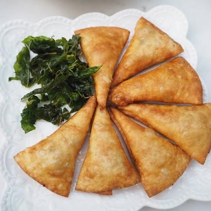 พัฟกระเพรากรอบ เป็นแป้งพัฟกรอบๆ สอดไส้กระเพราหอมๆ อร่อยอย่างลงตัว