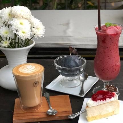 ลาเต้ร้อน - ไอศกรีมชาโคล - สตอรี่ชีสเค้ก - เบอรีสมูทตี้