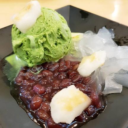 ไอศครีมชาเขียวถั่วแดงกับโมจิย่างและวุ้นเส้นญี่ปุ่น