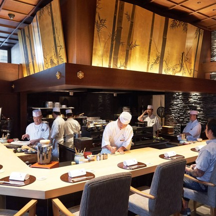 การตกแต่งร้านได้รับอิทธิพลจากพระราชวังเกียวโต ผนวกกับ Mood & Tone แบบร่วมสมัย