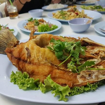 ปลากะพงร้อนๆ เสริฟกับน้ำจิ้มมะม่วง