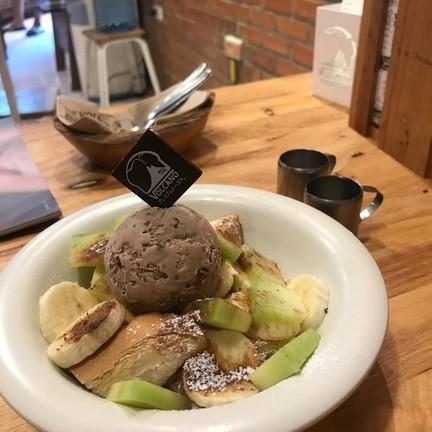 volcano toast top ด้วย กล้วยหอม กับเมลอน ซอสนมข้นไมโล กับน้ำผึ้ง ไอติมไมโล