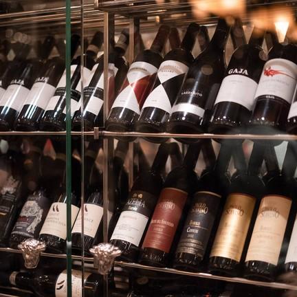 ด้านในมีห้องที่เรียงรายไปด้วยไวน์