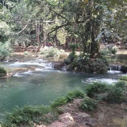ที่เห็นน้ำสีเขียวเข้ม อาจเป็นเพราะสาหร่ายใต้น้ำที่มีอยุ่มากมายค่ะ