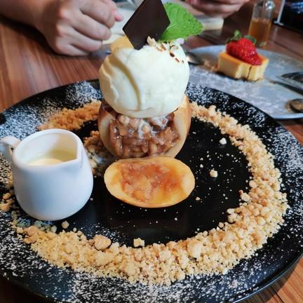อร่อย เนื้อแอปเปิ้ลที่คลุกกับชินนามอนหอมฟุ้งงง กินกับไอศครีมวนิลา เริ่ดด จานนี้น