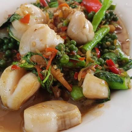 หอยเชลล์ผัดฉ่าเนื้อหอยเหมือนหอยแช่เย็นมานานรสชาติพอใช้ได้