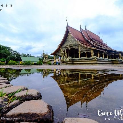 ใกล้ค่ำ นักท่องเที่ยวต่างเริ่มเดินทางมาเยี่ยมชมความงดงามของสถาปัตยกรรมทางพระพุทธ