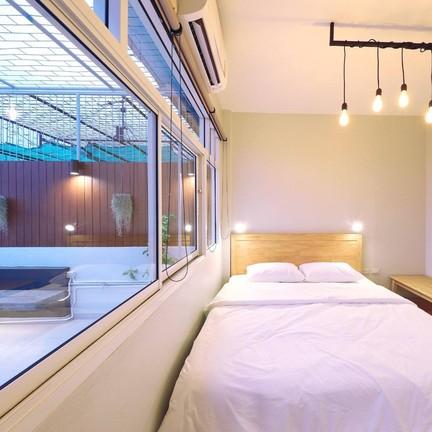 ห้อง FAMILY มีห้องนอน ห้องนั่งเล่น สวนส่วนตัว มีห้องเดียวทั้งฟลอร์ ราคา 1500 บาท