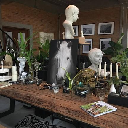 White house cafe & studio