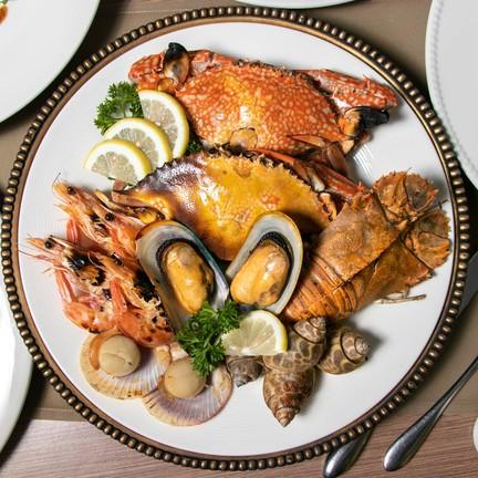 เมนูรวมพลอาหารทะเลถึง 6 ชนิด ซึ่งทุกอย่างมีรสชาติที่หวานฉ่ำสดใหม่
