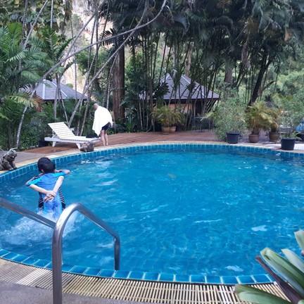สระว่ายน้ำควรปรับปรุง กระเบื้องแตกหลายจุด โดนบาดไป 1 แผล ควรระมัดระวังในการเล่น