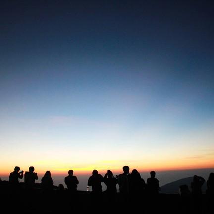 นักท่องเที่ยวทุกคนต่างกันเก็บภาพแสงแรกของวัน ฟินนนนน