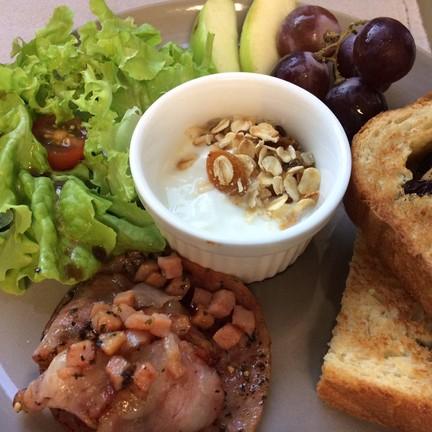 อาหารเช้าของที่พัก อร่อยทุกอย่าง พร้อมกาแฟร้อนหอมๆ