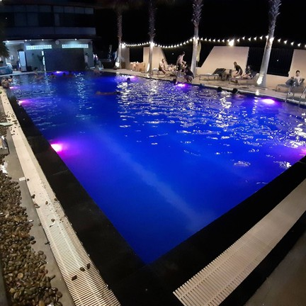 สระว่ายน้ำยามค่ำคืน