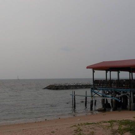 บริเวณร้านปรีชาซีฟูด ริมหาดบ้านอำเภอ เข้าจากตรงซอยวัด
