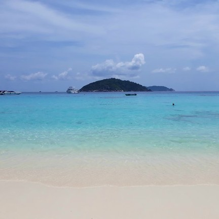 หาดหน้า เป็นหาดที่น้ำทะเลสวยใส ทะเลสะอาดมาก