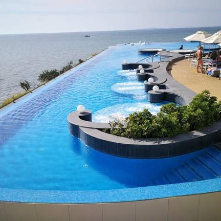 สระว่ายน้ำของโรงแรม น่าว่ายมากๆ ได้มุมถ่ายรูปสวยๆด้วยน่ะ