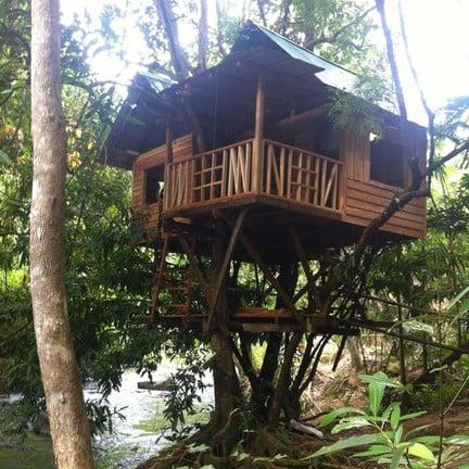 บ้านต้นไม้ ร้อยหวันนอนฟังสายน้ำ