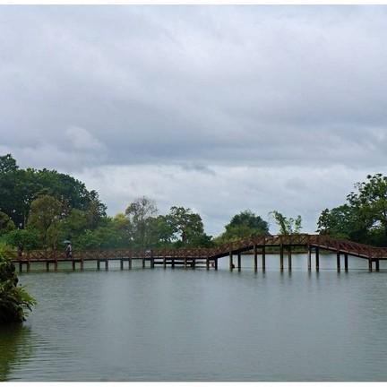 ภาพสะพานกลางน้ำจากอีกมุมหนึ่ง