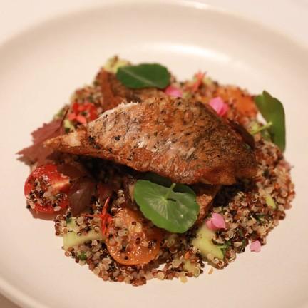 ปลากระพงขาวสดๆ ย่าง โรยด้วยลาบ Quinoa และสมุนไพร สาย Healthy จะต้องรัก Menu นี้ส