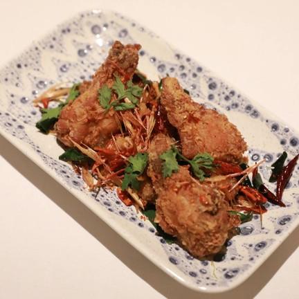 ปีกไก่ที่นำไปนึ่งมาก่อนรอบหนึ่งก่อนจะนำมาหมักกับเกลือ พริกไทย กระเทียม และรากผัก