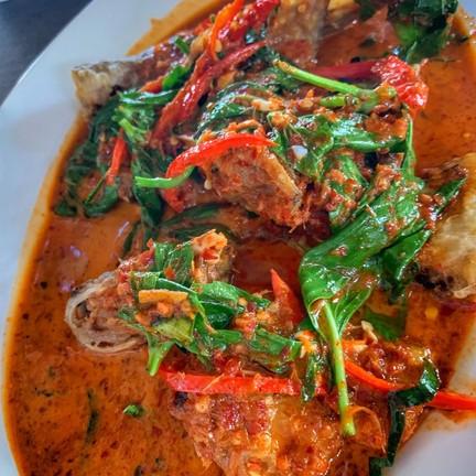 ปลาเนื้ออ่อนผัดพริกแกง