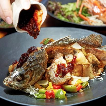 ปลากะพงราดซอสเทพรส (550 บาท)