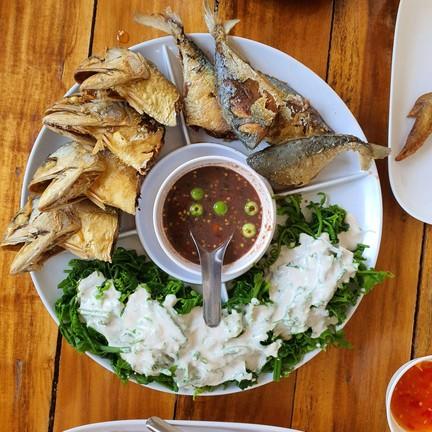 กะทิราดผักกูด ทำให้มีรสหวาน หอม ทานกับน้ำพริกกระปิ ปลาทูทอดกรอบ ๆ มันอร่อยแบบต้อ