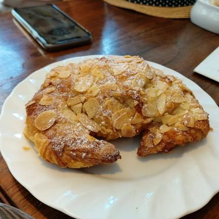 almond croissant 85.-