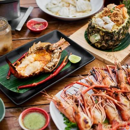 คนชอบอาหารทะเลไม่ควรพลาด กุ้งไซส์บึ้มเผาบนเตาถ่านส่งกลิ่นหอมเย้ายวนชวนลิ้มรส