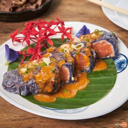 แซลมอนเทมปุระ (Salmon Tempura w/Thai Tomyum Sauce) 249 บาท
