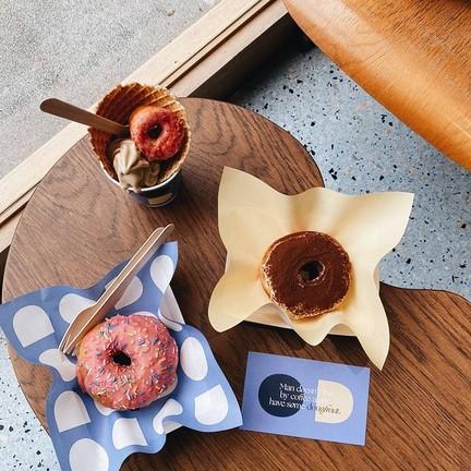 โดนัทโฮมเมดอบใหม่เสิร์ฟพร้อม Ice Cream Soft Serve