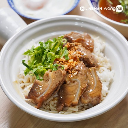 หมูตุ๋นเน้น ๆ ชิ้นโตเต็มชาม ราดด้วยน้ำราด เสิร์ฟคู่กับไข่ออนเซ็น และข้าวหอมมะลิ