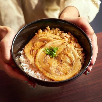 ข้าวหน้าหมูชาชูเนื้อนุ่มย่างด้วยซอสต้นตำรับ เสิร์ฟบนข้าวญี่ปุ่นร้อน ๆ