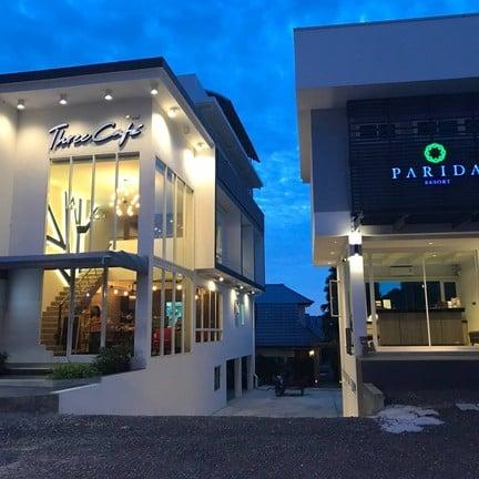 Three Cafe ยามค่ำคืน ติดกับ Parida Resort