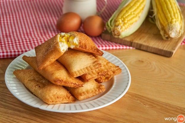 """วิธีทำ """"พายข้าวโพดทอด"""" เมนูของหวานทำง่าย เพียงใช้แค่ขนมปังแผ่น!"""