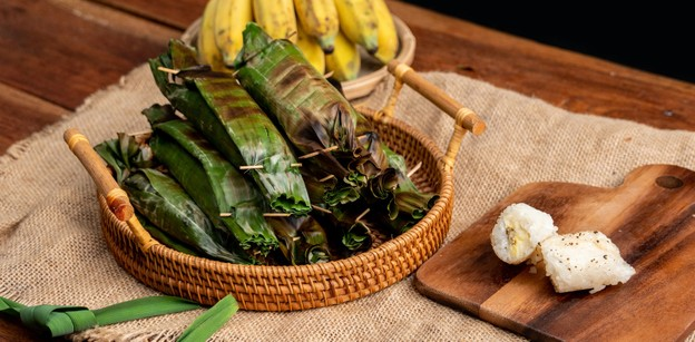 """วิธีทำ """"ข้าวเหนียวกล้วยปิ้ง"""" เมนูขนมไทยไส้กล้วย ข้าวนุ่มละมุนลิ้น"""
