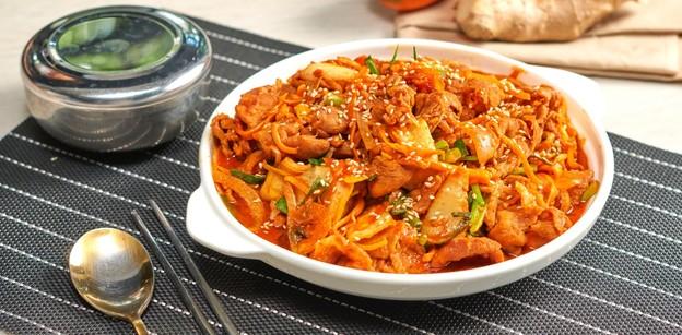 """วิธีทำ """"หมูผัดกิมจิ"""" เมนูอาหารเกาหลีสุดคลาสสิก ไม่ต้องไปไกลก็ได้กิน!"""