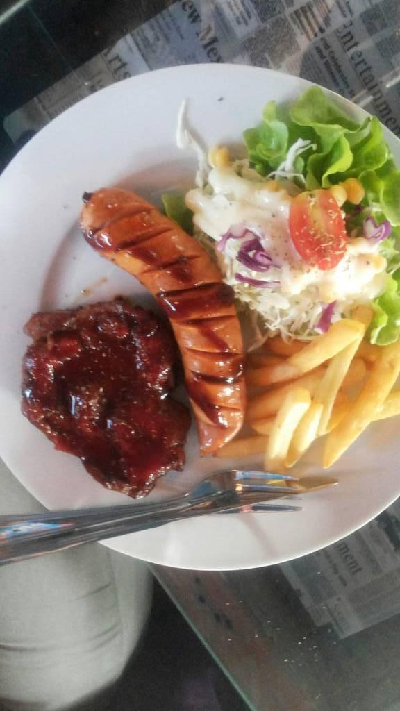 สเต็กหมูพริกไทยดำเพิ่มใส้กรอก