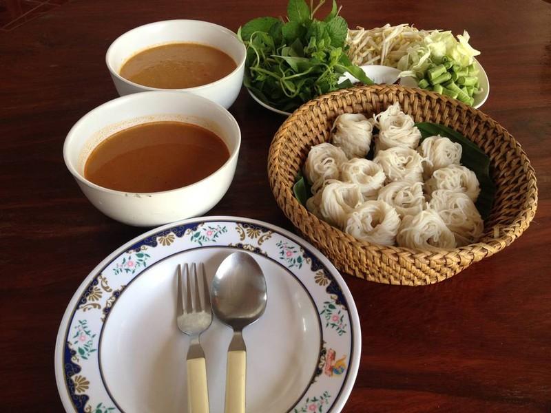 ขนมจีน 1 ชุด น้ำยาขนมจีน และผัก เพิ่มได้ตลอด