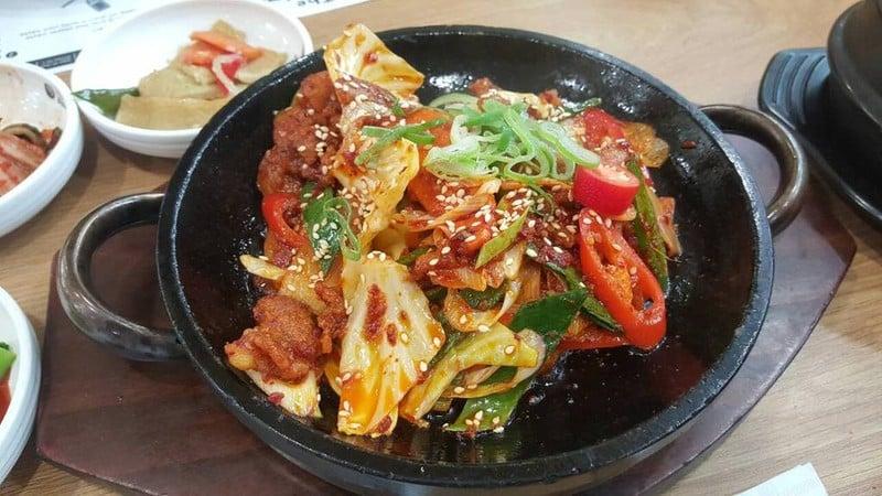 กระทะร้อน เช-ยุ่ก-โบ-กึม เสริฟพร้อมข้าวสวยและผักสด