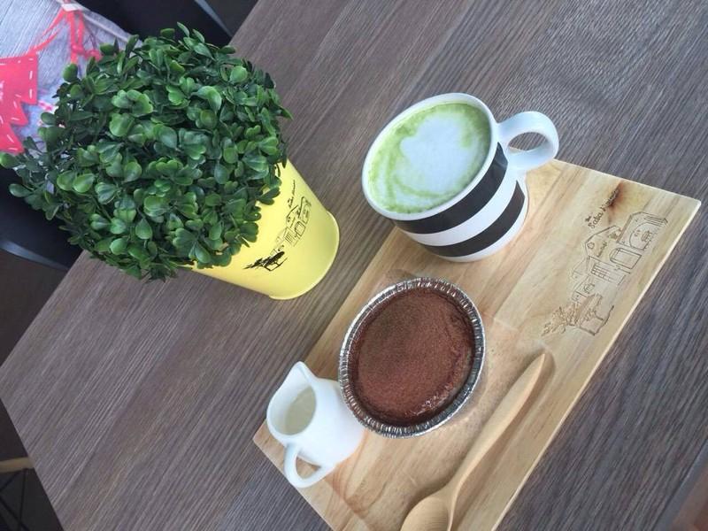 ชาเขียวร้อนกับเค้กนมเย็น