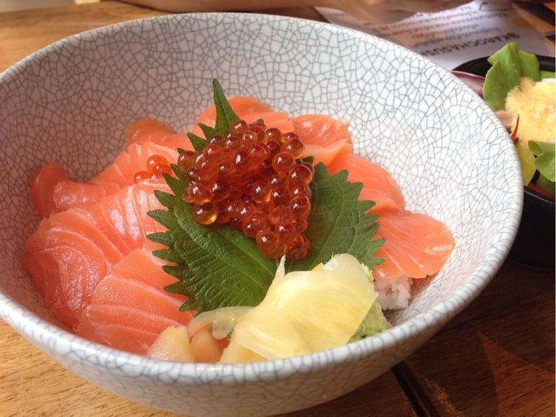 ข้างใต้ของเนื้อปลาจะเป็นข้าวญี่ปุ่นค่ะ