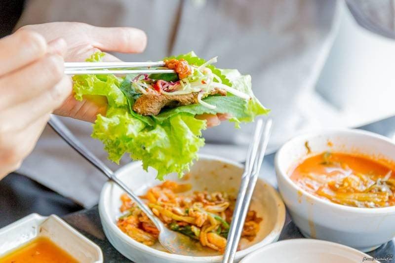 ทานแบบเกาหลีดูบ้าง โดยวางผักสดไว้ในมือนะครับ นำเนื้อไปจิ้มน้ำจิ้มทั้งสองแบบ