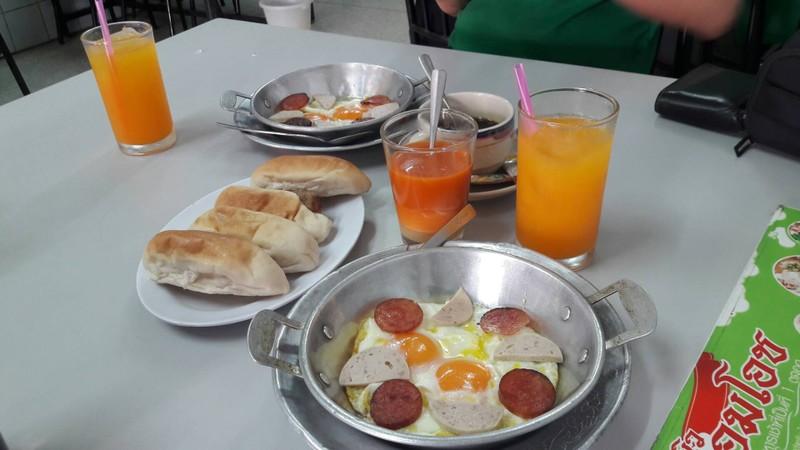 ชุดนึงของไข่กระทะจะมาพร้อมทั้งขนมปัง น้ำส้ม และเครื่องดื่มอีกอย่าง