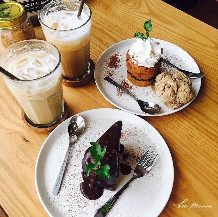 กาแฟรสชาตินุ่มและหอม ส่วนเค้กเนื้อละเอียด ไม่หวานมากเกินไป มีการจัดวางจานได้สวย