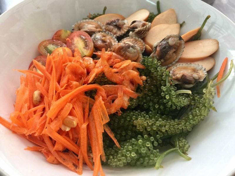 สาหร่ายพวงองุ่น +หอยแครง + ไส้กรอก
