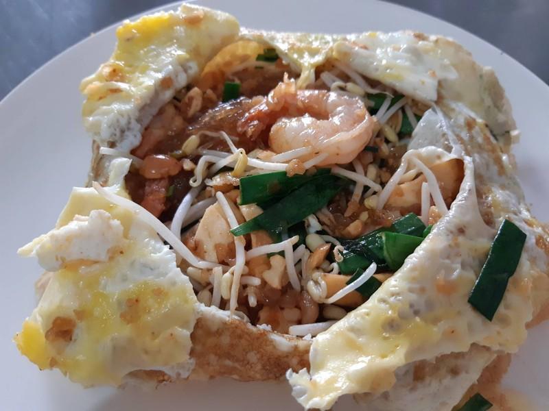 ผัดไทยกุ้งสดไข่ห่อ